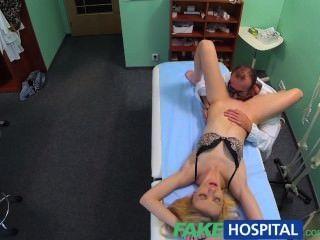 FakeHospital डॉक्टरों मौखिक मालिश y में स्कीनी गोरा उसे पहले संभोग सुख देता है