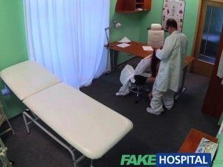 FakeHospital सेक्सी स्नातक पाला है और एक नौकरी के लिए डॉक्टरों की मेज पर गड़बड़ हो जाता है