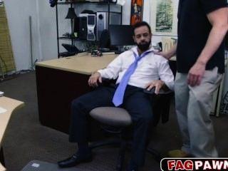 एक दाढ़ी कुछ नकदी के लिए अपने पिछवाड़े में गड़बड़ के साथ पुरुष