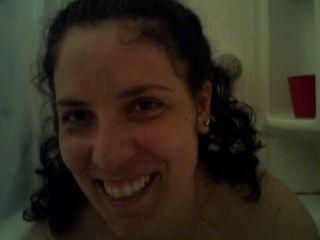 पीओवी - बड़े tittied आकर्षक, एक बुलबुला स्नान में एक handjob देता है