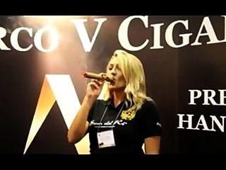 खूबसूरत औरत ipcpr 2012 में एक मार्को वी राजा धूम्रपान