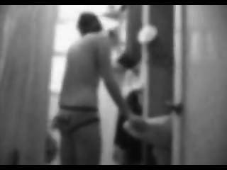 हिडन कैमरा - बाथरूम में लड़की स्ट्रिप्स बंद
