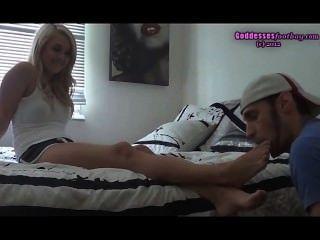 एक डॉग की तरह मेरे पैर चाटना