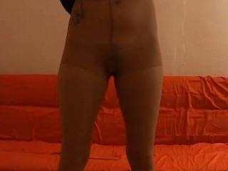 गर्म और गांठदार Pantyhose स्ट्रिपटीज लालच