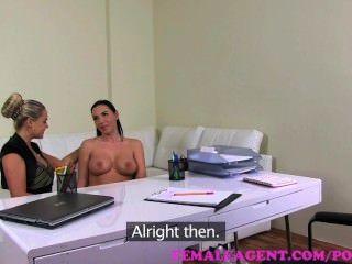 महिला एजेंट।बड़े स्तन के साथ milf curvaceous पर एक पट्टा के साथ गड़बड़ हो जाता है