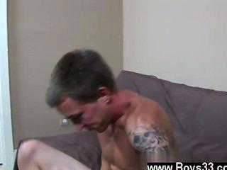 सेक्स twink रूप में वह सोफे पर नीचे उसकी छेनी जमीन, कॉलिन पहुँच