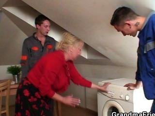 अकेला दादी दो repairmen के लिए पैरों फैलता है