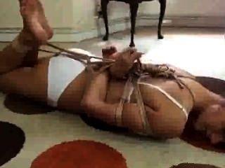 नंगे पैर बंधन में एक महिला