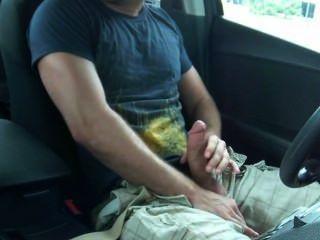 सार्वजनिक रूप से अपनी कार में हंक झटके बंद