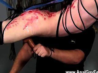 समलैंगिक वीडियो तंग बालक शो पर उसकी पीठ के साथ वहाँ धागों है