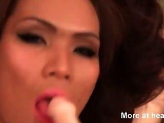 एशियाई किन्नर एक dildo के साथ चारों ओर कमबख्त