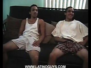 दो स्वादिष्ट लड़कों अश्लील वीडियो देख हस्तमैथुन।