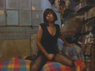 काले रंग की पोशाक और काले pantihose में हस्तमैथुन