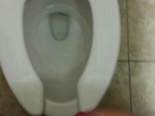 एक सार्वजनिक टॉयलेट में हस्तमैथुन और पकड़ा जा रहा है !!