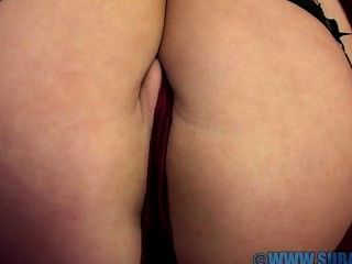 अबीगैल toyne सोफे पर masturbates
