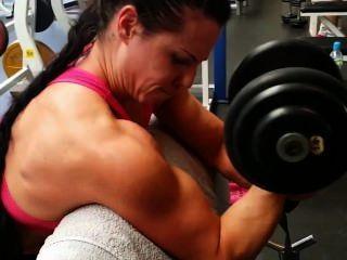 स्नायु लड़कियां जिम में प्रशिक्षण