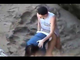 समुद्र तट पर तीव्र यौन संबंध रखने के एक जोड़े की दृश्यरतिक वीडियो