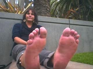 महिला भयानक महक पैरों फ्लैटों के बाहर है