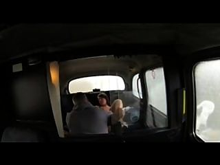 FakeTaxi बालों श्यामला टैक्सी ड्राइवर के साथ यौन संबंध है