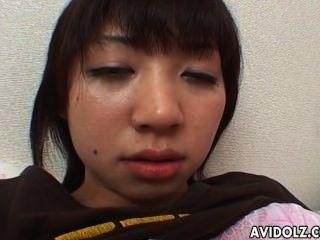 सींग का बना जापानी किशोरों की उंगलियों उसे स्वादिष्ट गीला छीन