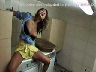 एक कपड़े धोने की मशीन पर आ रहा है