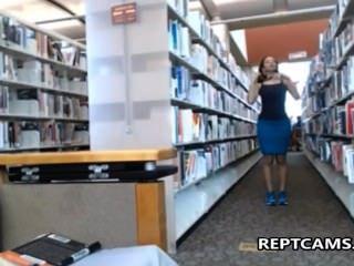 सेक्सी श्यामला शिक्षक पुस्तकालय में masturbates