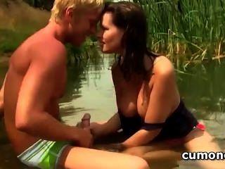 किशोरों की जोड़ी जगाया झील में भावुक मौखिक यौन संबंध रखने