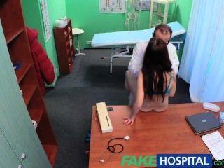 FakeHospital सेक्सी रोगी गंदे डॉक्टर के लिए एक बड़ा आश्चर्य है