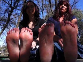 माँ और बेटी शो पैरों