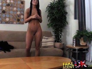 FakeAgentUK बौना विपक्ष यौन संबंध रखने में tanned सेक्सी शौकिया श्यामला