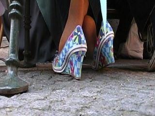 coed एक परिपक्व महिला के पैरों गतिविधियों hosed