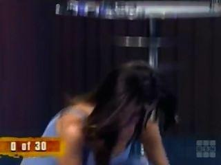 महिला गेम शो पर मोजे दूर ले जाता है