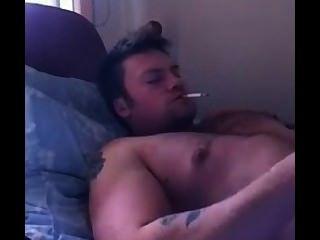 यूट्यूब से गर्म आदमी आता है, जबकि धूम्रपान