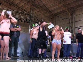 आयोवा में कुछ बड़े गधे माँ कमबख्त स्तन के साथ लड़कियों