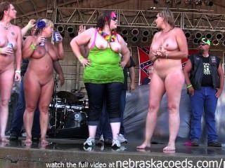बड़े स्तन OLE एक आयोवा बाइकर रैली में नीचे अलग करना साथ milfy लड़कियों
