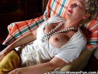 pantyhosed माँ एक dildo fucks