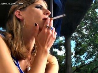 लड़की धूम्रपान न्यूपोर्ट 100 सिगरेट पीने के cofee-thegirlsmoking।