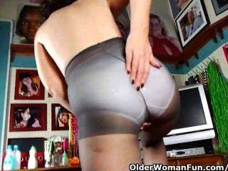 pantyhosed माँ एक बाध्यकारी है Masturbator