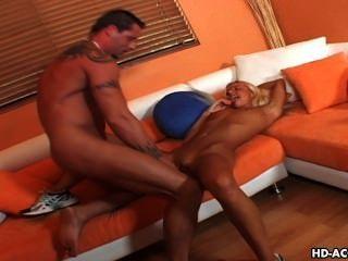 स्लिम लड़की एक बड़ी veiny schlong प्राप्त करता है