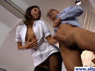 मोज़ा में भव्य longlegged नर्स बेब पकड़ा