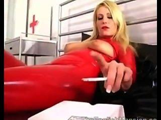 लाल लेटेक्स धूम्रपान