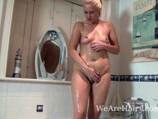 अन्ना खुशी एक साबुन स्नान लेता है और फिर masturbates