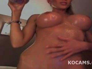 बिग Titty मॉडल चिढ़ा और उसके शरीर के ऊपर तेल से सना
