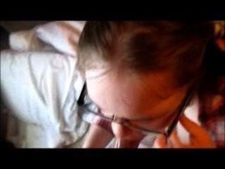 मुंह डीपी कुत्ते शैली को nerdy लड़की बिल्ली
