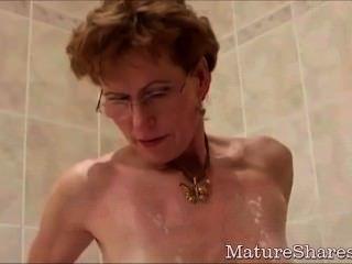 दादी उसे मुर्गा भूख योनि shaves