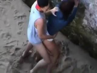 एक न्यडिस्ट समुद्र तट पर जासूसी