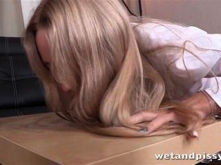 गर्म सुनहरे बालों वाली लड़की पेशाब प्लाया और एक धारीदार सेक्स खिलौना आनंद मिलता है
