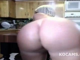 रसोई लाइव में काले आदमी चाट पत्नी बिल्ली