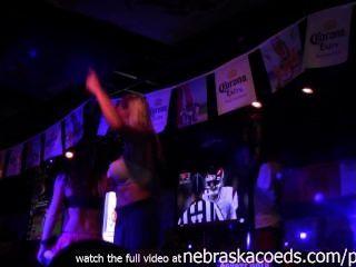 लड़कियों सार्वजनिक में नग्न हो रही है की काल्पनिक उत्सव 2014 घर वीडियो