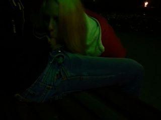 शाम को उसके प्रेमी के पार्क में blowjob